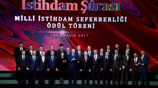 """İstihdam seferberliği kapsamında Ocak 2017'den bu yana istihdamlarını en fazla artıran iller, sektörler ve firmalar Cumhurbaşkanlığı Külliyesi'nde düzenlenen törenle ödüllerini aldılar. Törene Borsamızı temsilen Yönetim Kurulu Başkanımız Nazım Sezer, Yönetim Kurulu Başkan Yardımcımız Ahmet Ulusoy, Yönetim Kurulu Üyelerimiz Kerim Kara, Mübah  Düzgüner ve Genel Sekreterimiz Halil Tüysüz katıldı. Ödül töreninde konuşan TOBB Başkanı Hisarcıklıoğlu, oda ve borsa camiası olarak Türkiye'nin geleceğine yatırım yapmaya devam ettiklerini belirterek, """"İş dünyası olarak ülkemize ve kendimize artık daha fazla güveniyoruz, cesaretle adım atıyoruz."""" dedi."""